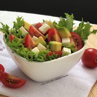 Salada de abacate, alface e queijo feta – Linda e saborosa!