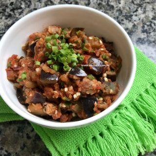 Berinjela Low Carb com linguiça artesanal e molho de tomate caseiro (mais o truque para tirar o sabor amargo da berinjela!)