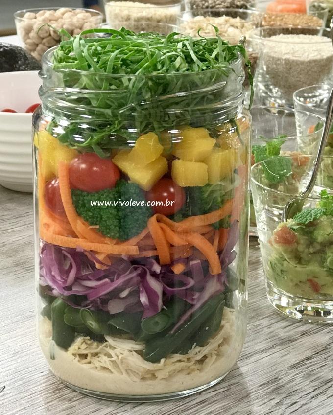 salada colorida no pote com molho de tahine