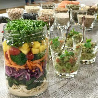 Salada colorida no pote com molho de tahine: repleta de vida, sabor e saúde!