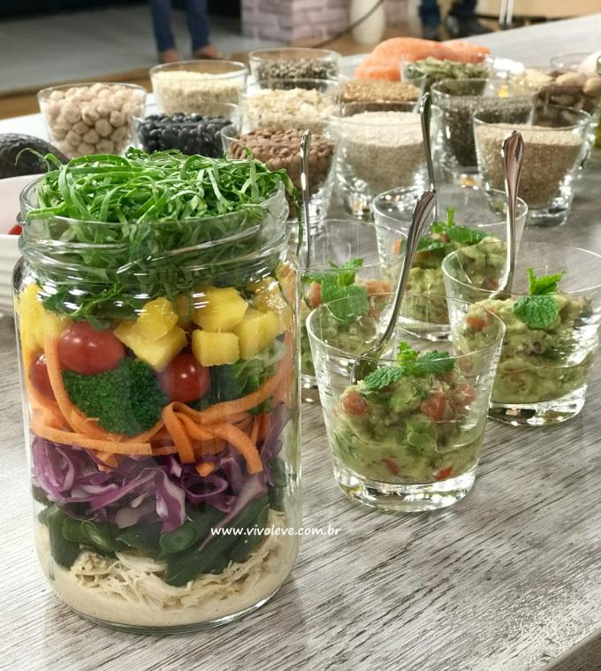 salada colorida no pote vivo leve