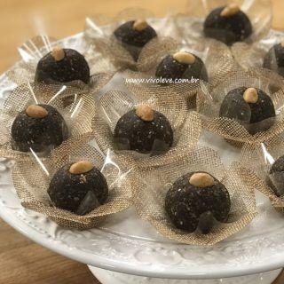 Versão mais saudável do cajuzinho: o docinho de tâmara com amendoim, cacau e chia